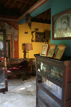 Matahari Cottage Bed and Breakfast: Library