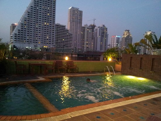 Woraburi Sukhumvit Hotel and Resort: Pool relaxing
