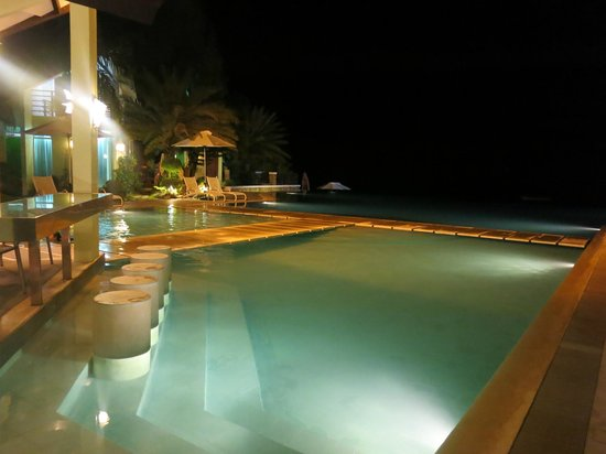 Acuatico Beach Resort & Hotel: Pool at Night