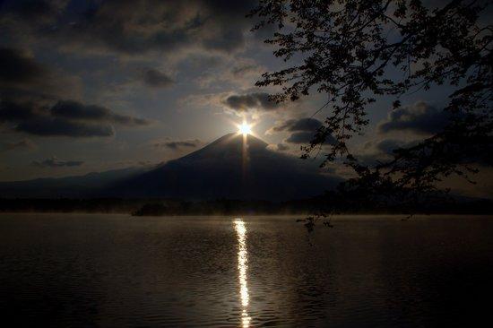 Fujinomiya, Jepang: 田貫湖から見る春のダイヤモンド富士