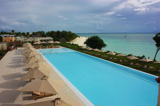 Hideaway of Nungwi Resort & Spa : Infinity pool / green beach