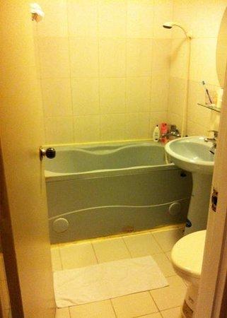 Ximen Hotel: This room has a better toilet but hey the door lock was spolit!!