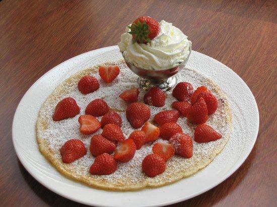De Vier Pilaren: pancake fresh strawberries & whipped cream
