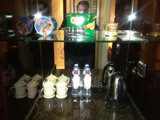 Victoria Grand Hotel: Free tea and other charged amneties.