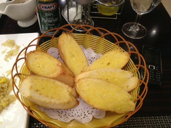 Victoria Grand Hotel: Fresh Garlic bread served. just baked.