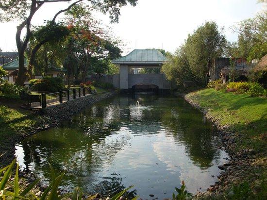 Nayong Pilipino: lake