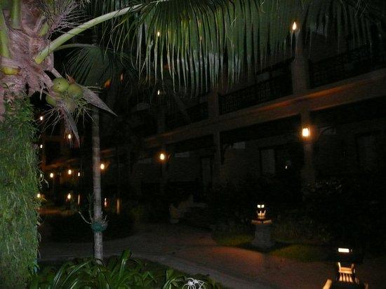 Fair House Beach Resort & Hotel: территория сада ночью