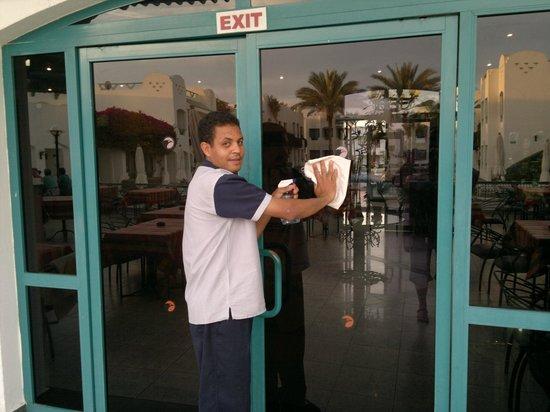 Falcon Hills Hotel: geweldige vent!!!werkt zeer hard!!
