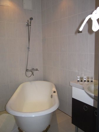 Merchant's House Hotel: the bathtub and shower area