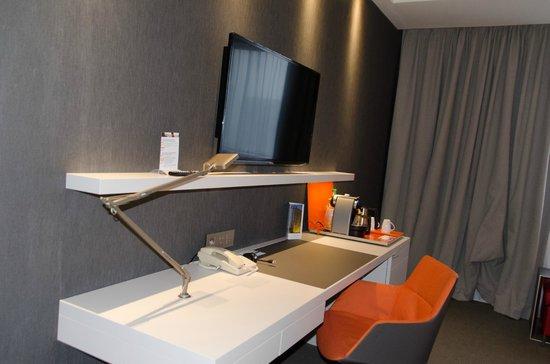 Pullman Paris La Defense: Télé et bureau pour travailler ou loisir