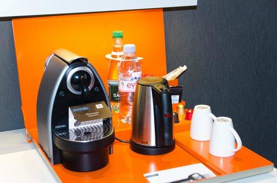 Pullman Paris La Defense: En chambre supérieur, vous apprécierez la machine Nespresso pour un café en chambre