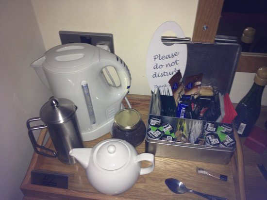 The White Bear Country Inn: Well equipped tea tray in room!