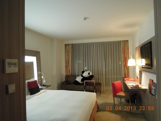 Hotel Novotel Taipei Taoyuan International Airport: A big panda was waiting for us !