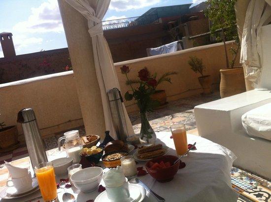 Riad Tizwa: Breakfast on the roof terrace