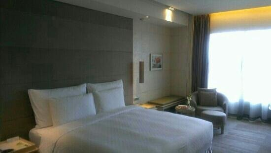 Hotel Nikko Saigon: king size bed