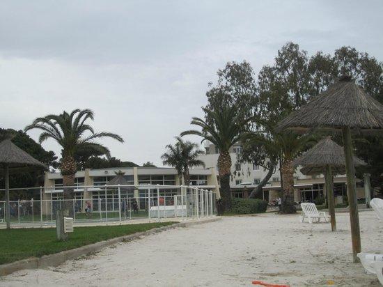 Hotel Club Plein Sud : Vue de l'hôtel / piscine extérieure (fermée en avril)