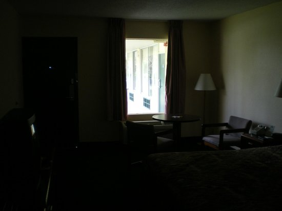 Days Inn Crystal River: A bit dark but another view of the room