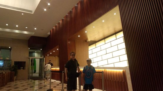 Harbour Plaza 8 Degrees: 傾斜の錯覚を証明するため孫と記念撮影。※タイマー使用