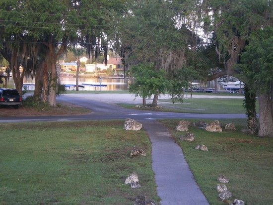 Days Inn Crystal River: Another view of the back looking towards the river
