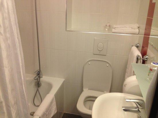 Salle de bain picture of fasthotel biarritz bidart for Salle de bain fust