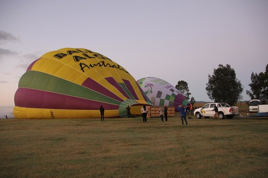 Balloon Aloft Hunter Valley Day Tours : Inflating the Balloons before boarding