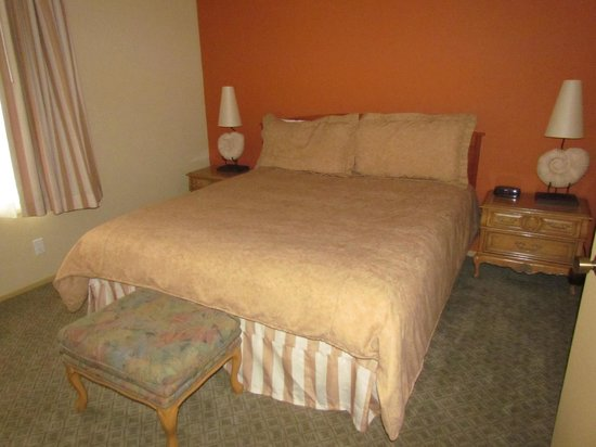 Sandpiper Lodge : King-Size Bed