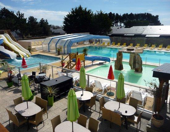 Erdeven, France: Piscine extérieure - toboggan - terrasse du bar
