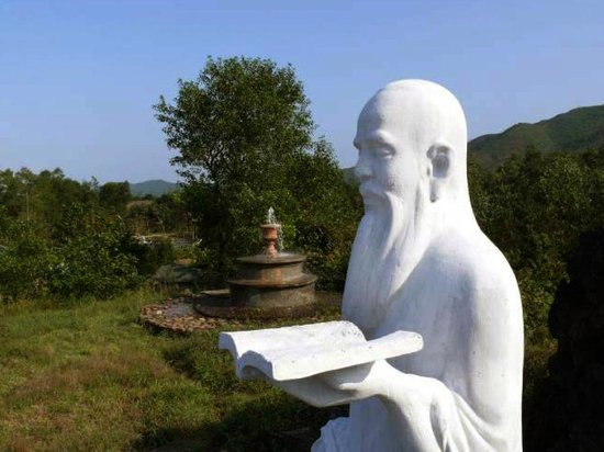 Alba Hot Springs Resort: Hai Thuong Lan Ong statue