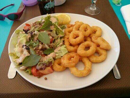 La Pequelette: Calamars à la romaine,  avec salade composée et grosse portion de frites maison.