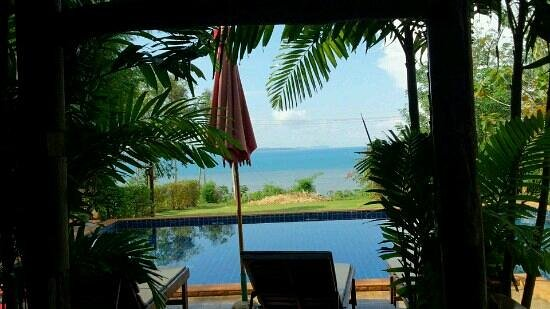 Bamboo Hideaway: レストランからプール越しに海を望む。