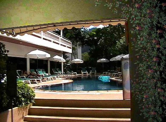 Inn Patong Beach Hotel Phuket: Blick zum Wasserbecken