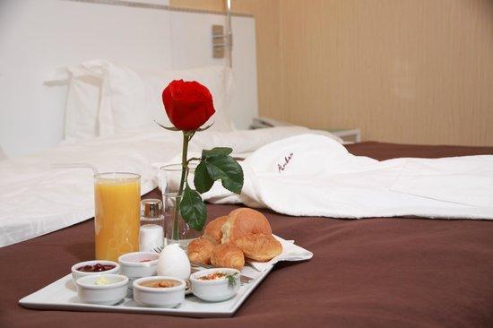 Amber Hotel : Breakfast to room