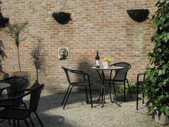 Hans Memling Hotel: hotel garden