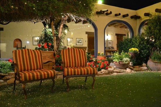 Hacienda Del Sol Guest Ranch Resort: at night