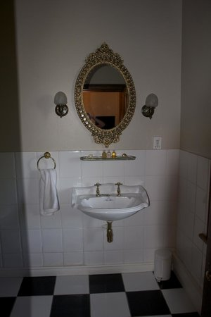 Roosenwijn Guest House: Victorian Styled Sink