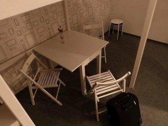 Pyjama Park Hotel und Hostel: table under bed