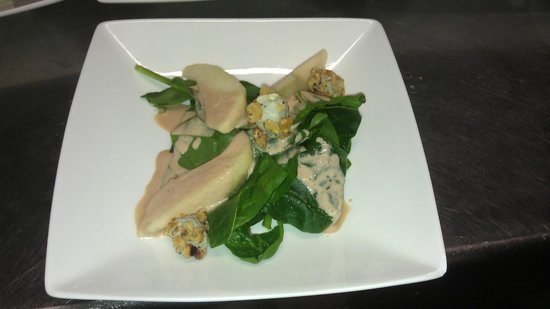 Bistro Heming-way: Baby spinach salad with sweet gorgonzola cheese & pear