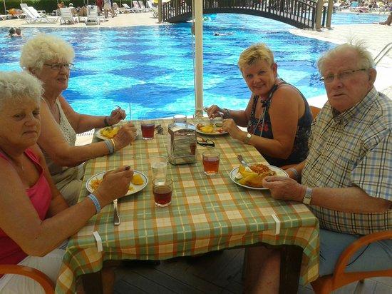 Titan Garden Hotel: lunch bij het zwembad Titan Garden