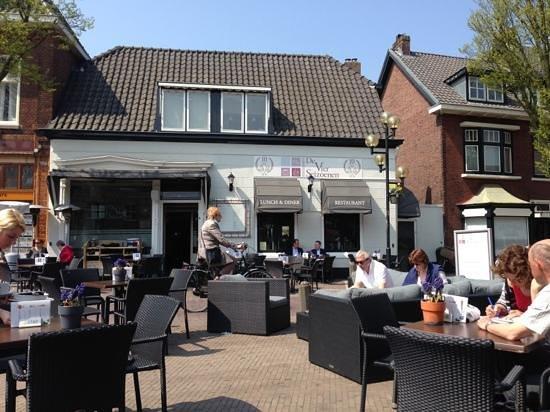 Vier Seizoenen: летом прекрасное кафе на площади