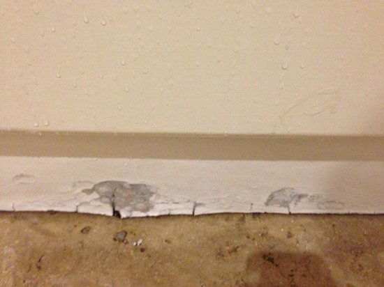 Angels Share Hotel: damaged area under bath