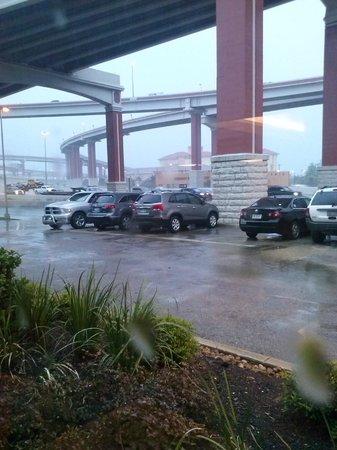 Drury Inn & Suites San Antonio Airport: Vista del freeway desde el hotel