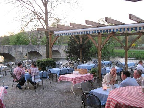 Landgasthof zum Hirschen: Beer garden by the riverside