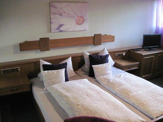 Landgasthof zum Hirschen: Large and comfortable bedroom in Bavarian style
