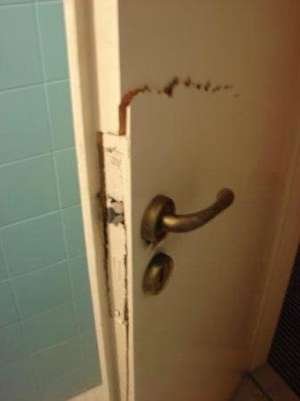 Filoxenia Hotel: porta do banheiro destruída