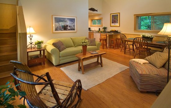 Adventures on the Gorge - Lodging: Spacious living room