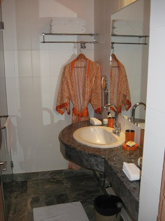 Haveli Hauz Khas: Modern bathroom with robes and lovely soap!
