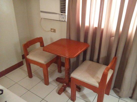 Palm Plaza Hotel: テーブルと椅子