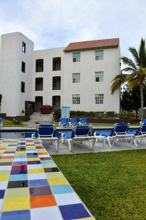 Santa Maria Hotel & Suites: Zona de camastros