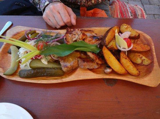 Puskas Varkerulet: Assortiment de trois viandes plus chou en salade et pickles