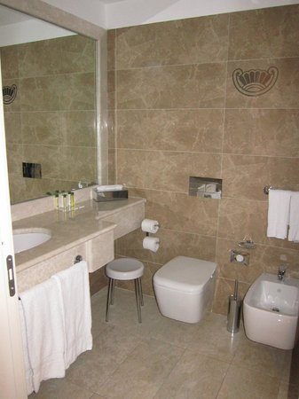 Doubletree by Hilton Olbia: Bathroom view #2 Queen w/balcony room